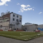 Un terrain de foot au milieu du centre-ville…