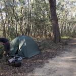 Campement improvisé sur le bord du sentier