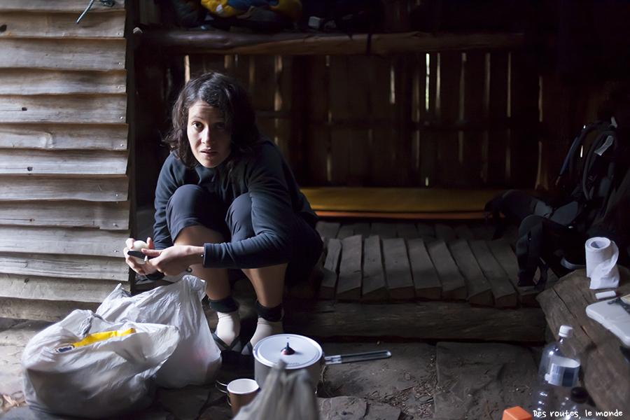 Repas dans un refuge en bois