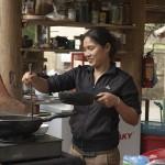 Huyen, la femme de Quang, prépare à manger