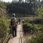 Pont suspendu pour accéder au village