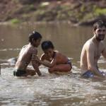 Baignade et jeux dans la rivière du village
