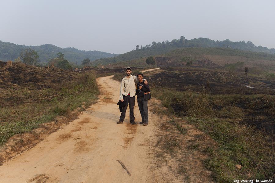 Au milieu de champs où est pratiquée la culture sur brûlis