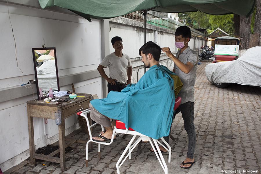 Dans la rue, chez le barbier