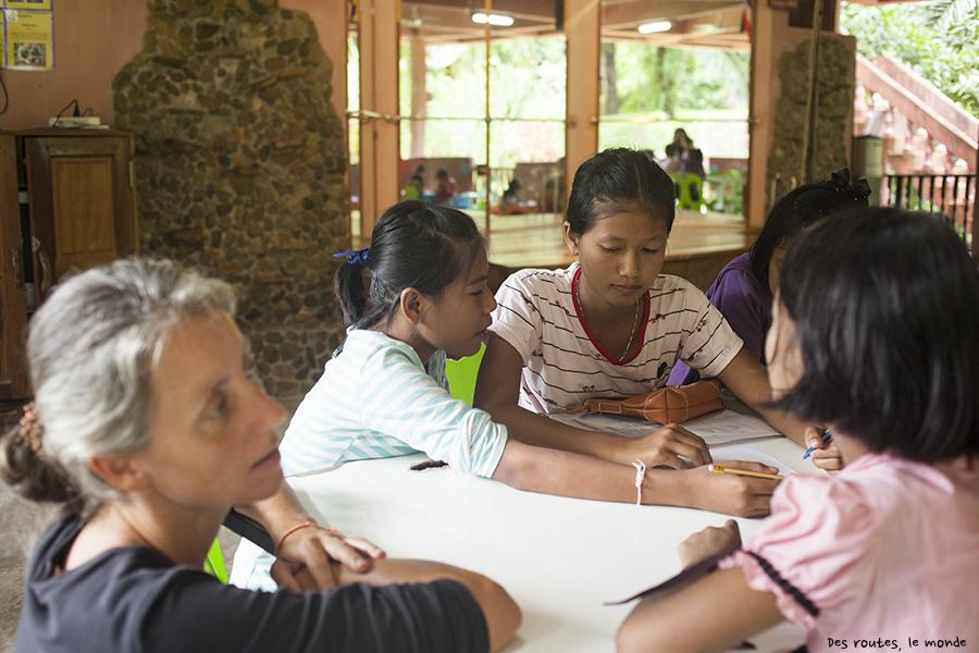 Leçon d'anglais avec les volontaires