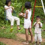 Enfants sur le terrain de jeu