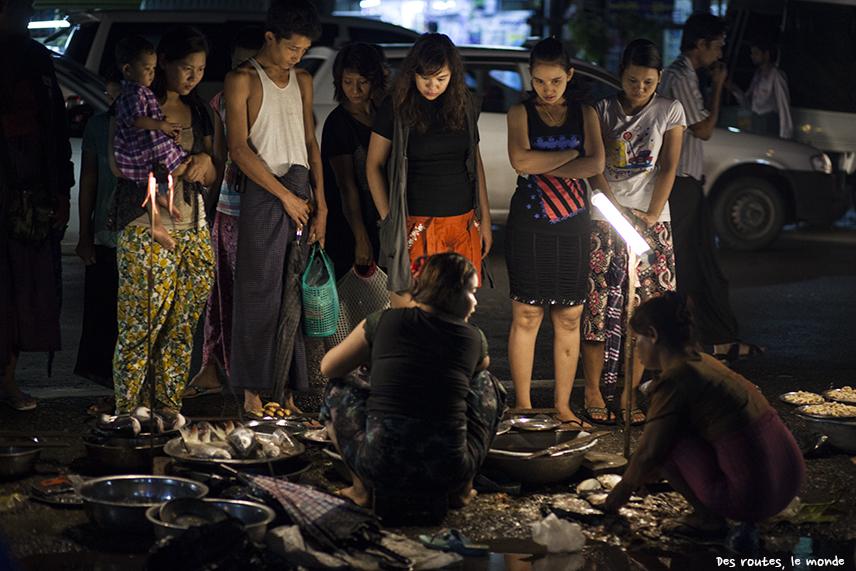 Un stand du marché sur le trottoir