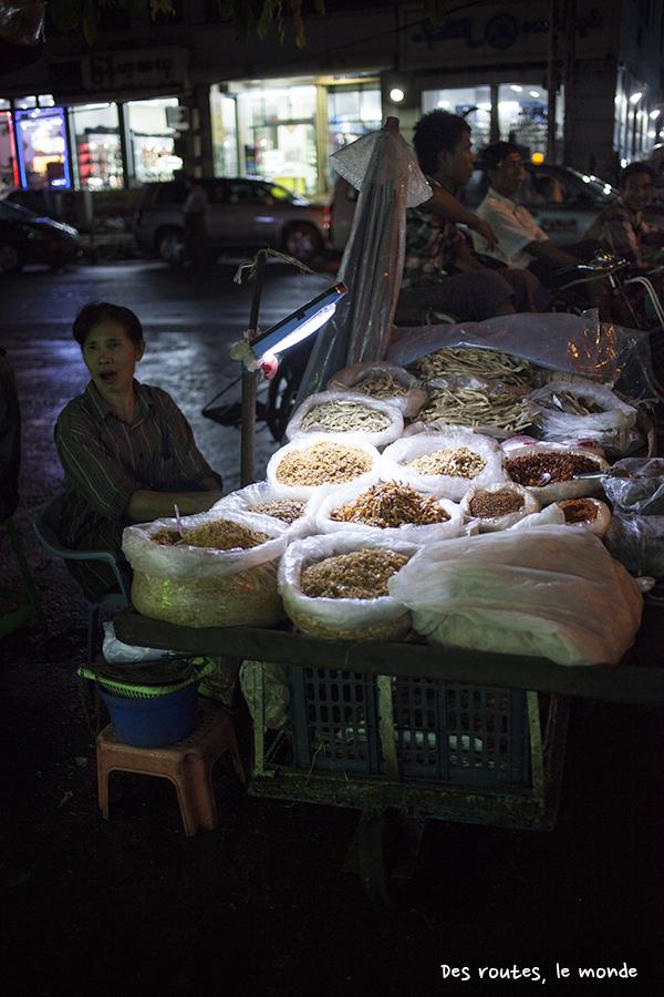 Un stand d'épices sur un marché de Yangon