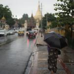 Vers la pagode, sous la pluie