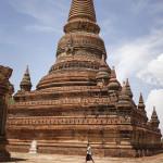 Stupa anonyme derrière un temple