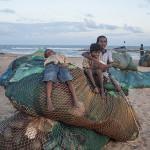 Gamins sur filets de pêche