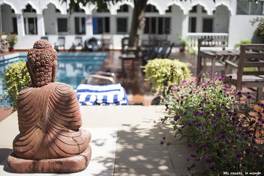 Un bouddha, une piscine