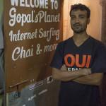 Gopal devant son cyber-café