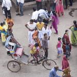 Un rickshaw dans la foule