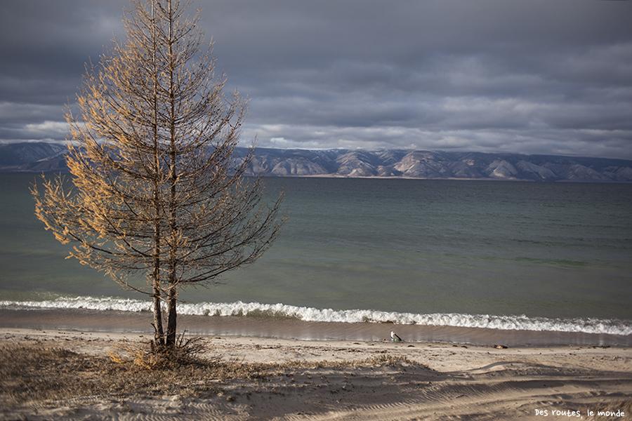 La plage, le Baikal et les montagnes